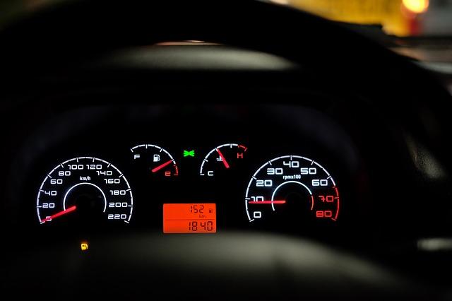 tachometr v autě