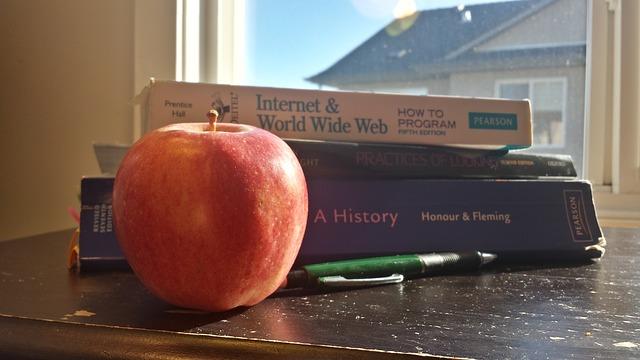 Učebnice a jablko