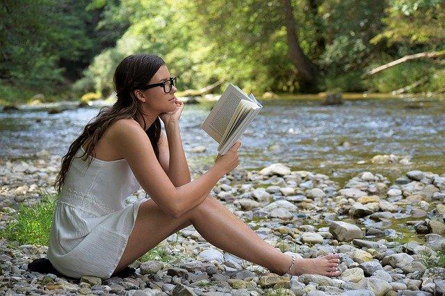 žena s knihou u řeky