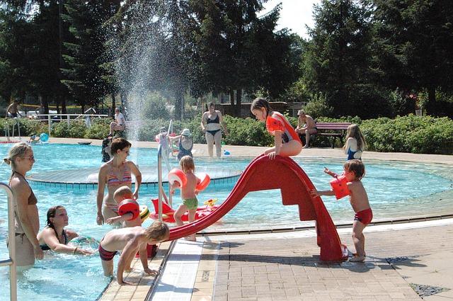 maminky s dětmi v dětském bazénu.jpg