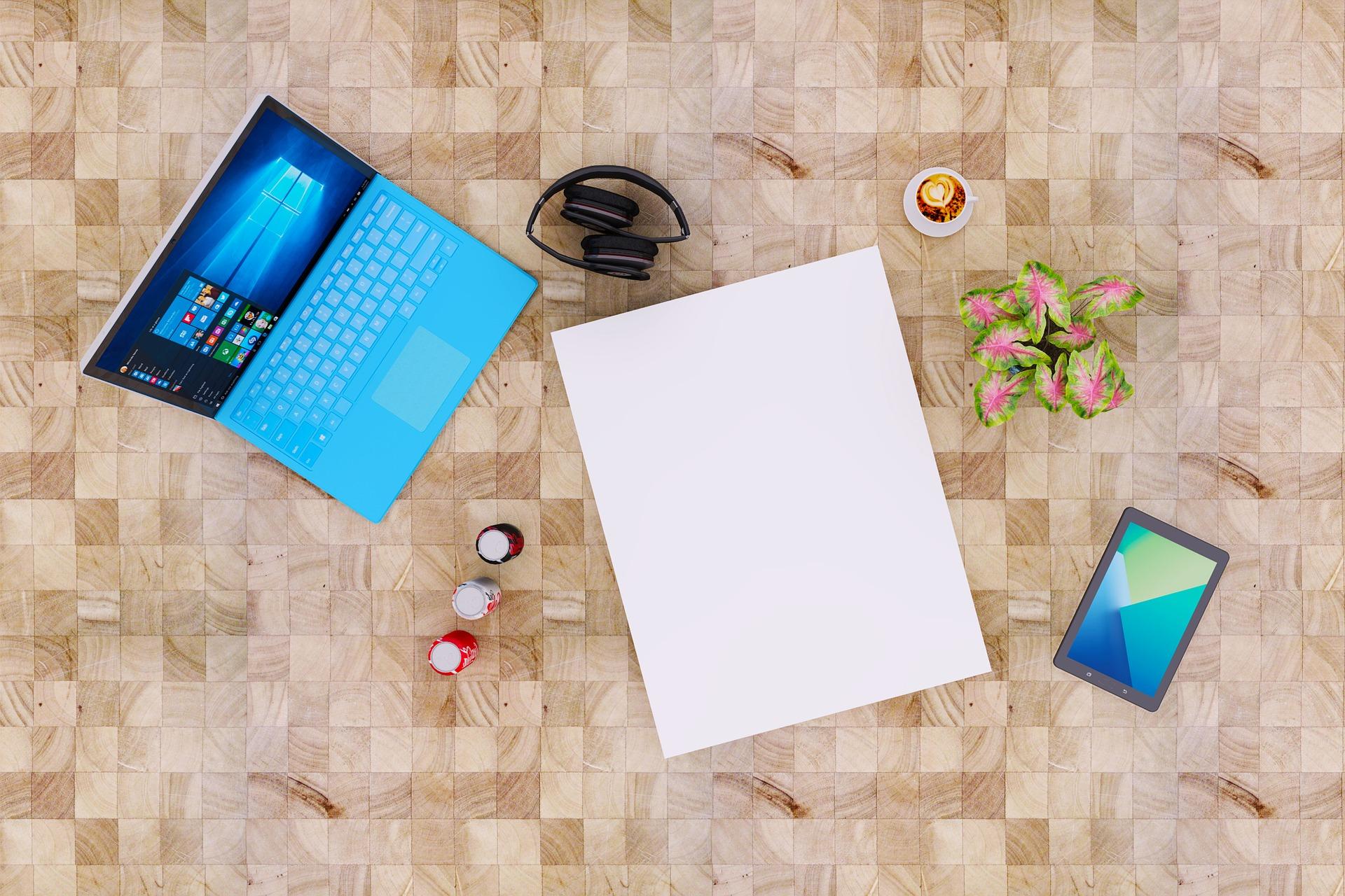 počítač na stole